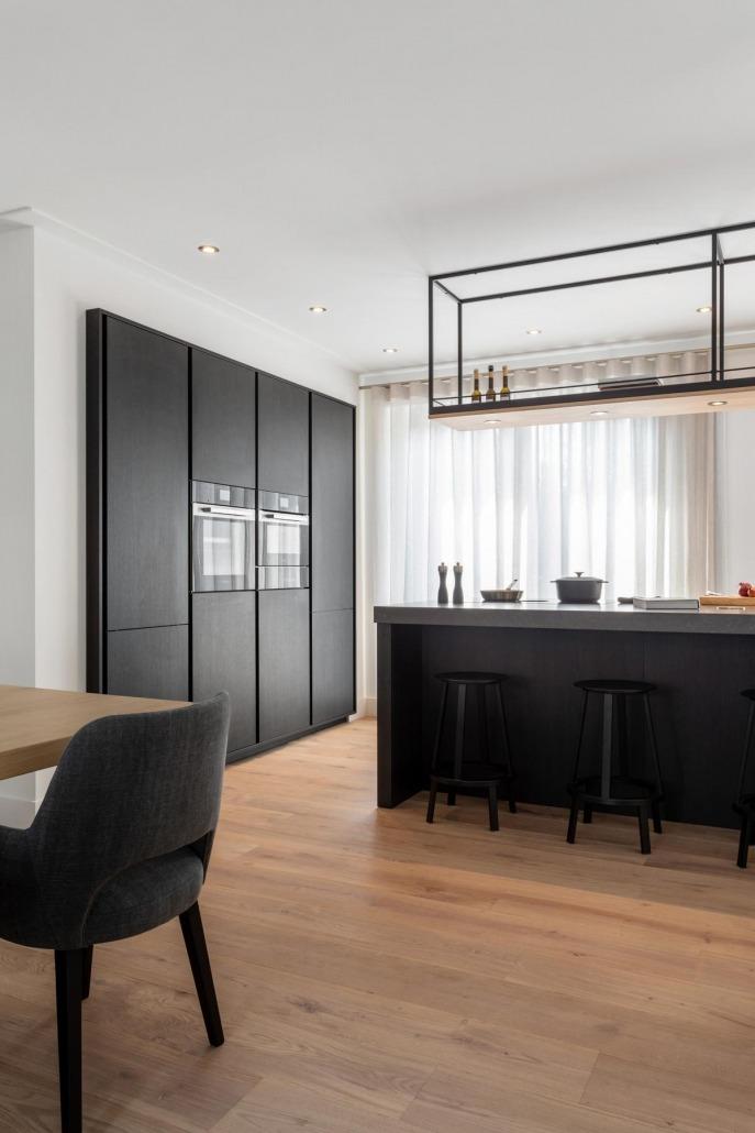 Zwarte stoere SieMatic keuken met ingebouwde apparatenwand en wijnkast