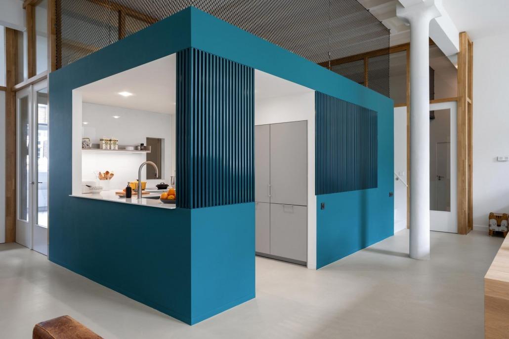 Moderne centrale woonkeuken in groene behuizing
